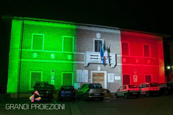 Illuminazione tricolore per festa della Repubblica facciata del comune di Rapolano Terme