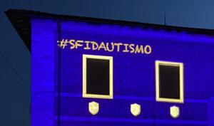 Dettaglio di proiezione colorata con mappatura degli elementi architettonici in occasione della Giornata Mondiale dell'Autismo