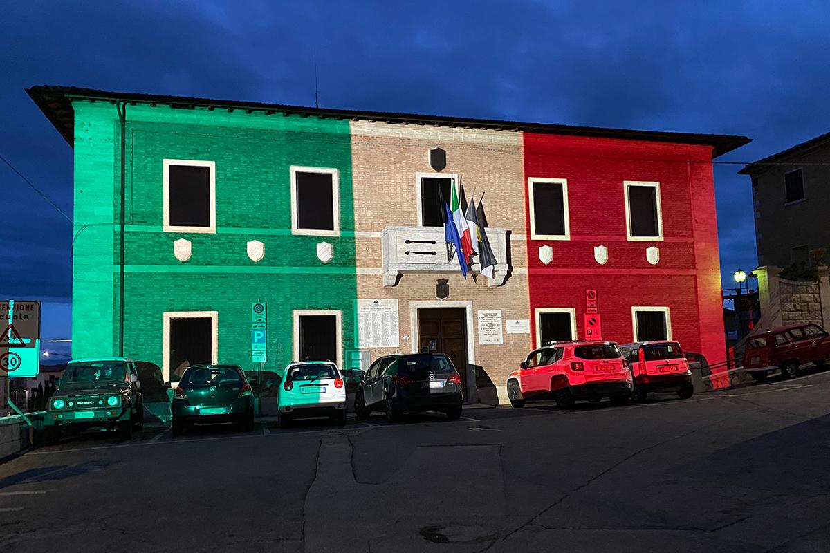 Proiezione del Tricolore sul Palazzo Comunale di Rapolano Terme