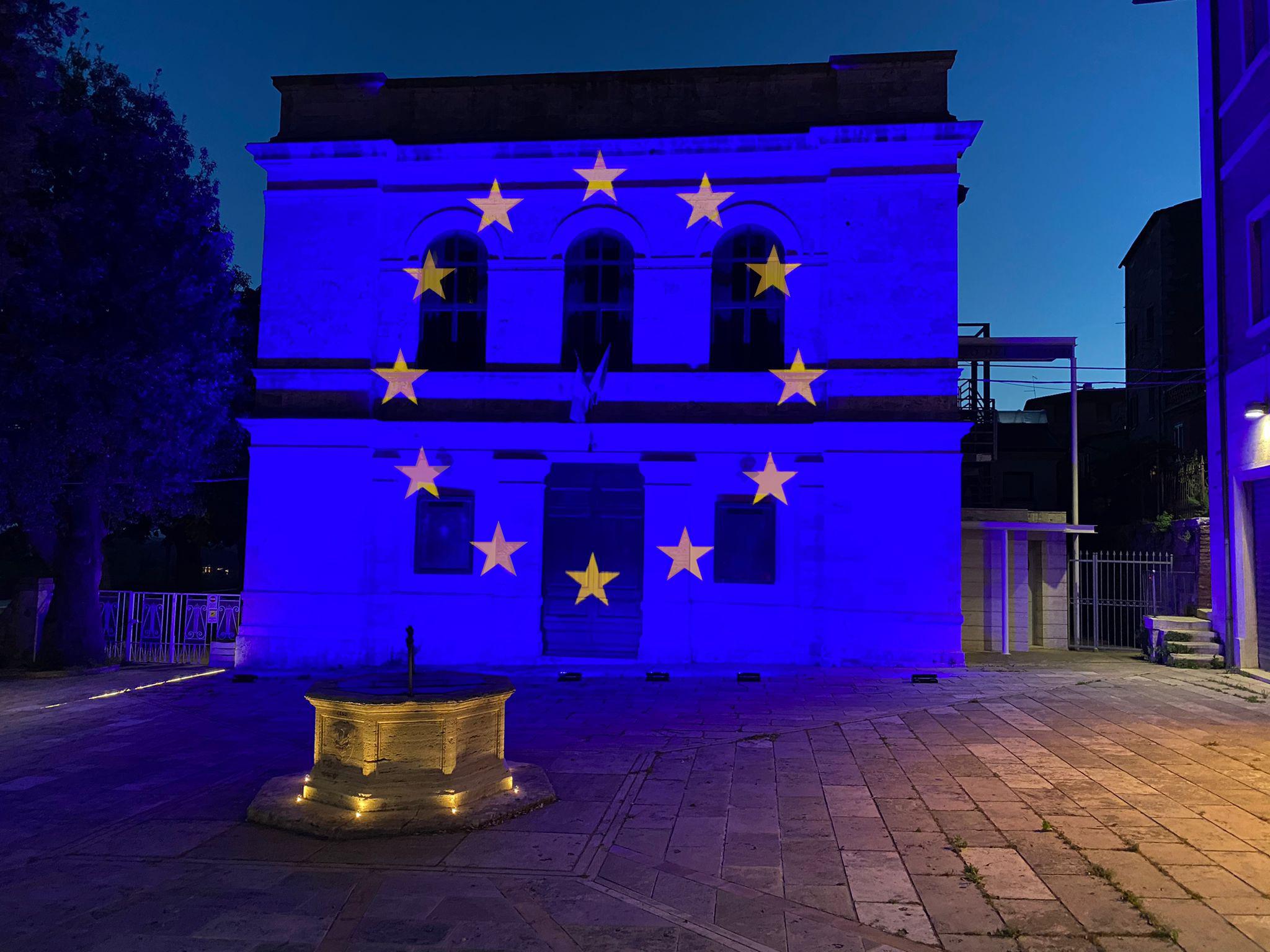 Teatro del Popolo di Lucignano con illuminazione architettonica blu e proiezione delle stelle UE