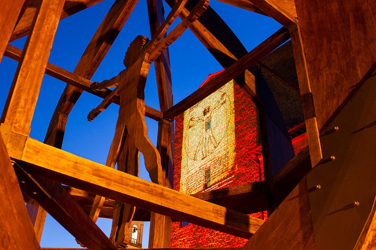 Installazione in legno e proiezione architetturale dedicate all'uomo vitruviano di Leonardo